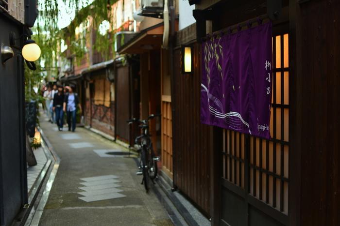 カップルや一人旅など、少人数で京都散策をされる場合は、バスや電車などの公共交通機関の利用がおすすめ。京都駅に着いたら、まずは観光MAPを手に入れて。特に市バスは、他の地域では考えられないほど路線が充実していす。駅から離れた名所もバスなら楽々。