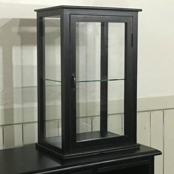 アンティークな中にも品の良さを感じさせる、卓上用のガラスの戸棚。大きなサイズでなくても、しっかりと存在感のあるこんな戸棚なら、お部屋の主役級インテリアになってくれるはずです。