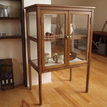 シンプルなガラスの戸棚には、お気に入りの食器を並べて…。華奢な枠組は中が見やすいので取り出しやすく、日常使いの見せる収納としても◎