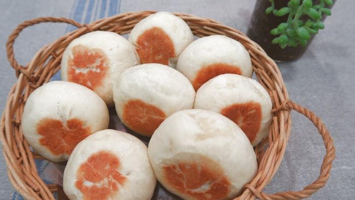 【フライパンで焼ける 丸パン】 夜の間に冷蔵庫で生地を発酵させておけば、朝にフライパンでこんなふんわりとした丸パンが♪焼き加減によってパンのふんわり加減を変えることができます。