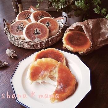 【平焼きチーズパンとあんぱん】 フライパンがあれば、実は簡単に焼きたてパンが作れます。生地は電子レンジを使って発酵。チーズがカリリ、あんはふっくらのこんがりパンです。
