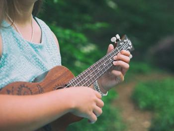 使用されている曲は、「ドレミの歌」や「エーデルワイス」など、誰もが一度は聞いたことがある曲ばかり。主演のジュリーアンドリュースの美しい歌声によって、さらに素晴らしさは増しているんです。