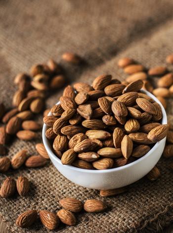 アーモンドやカシューナッツ、くるみなどのナッツ類は栄養素が高く、仕事中のお菓子としておすすめです。脳のエネルギーであるブドウ糖は少ないものの、不飽和脂肪酸が含まれる等、健康にも美容にも良いとされています。