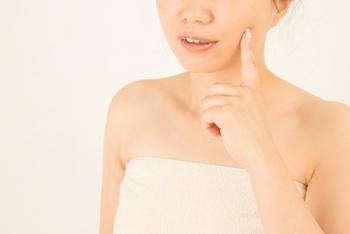普段から汗や皮脂の分泌量が多く、朝起きた時、顔に油分が浮いていたり不快なベタつきを感じたりする人は、朝でも洗顔料を使って肌の汚れや皮脂を洗い流しましょう。