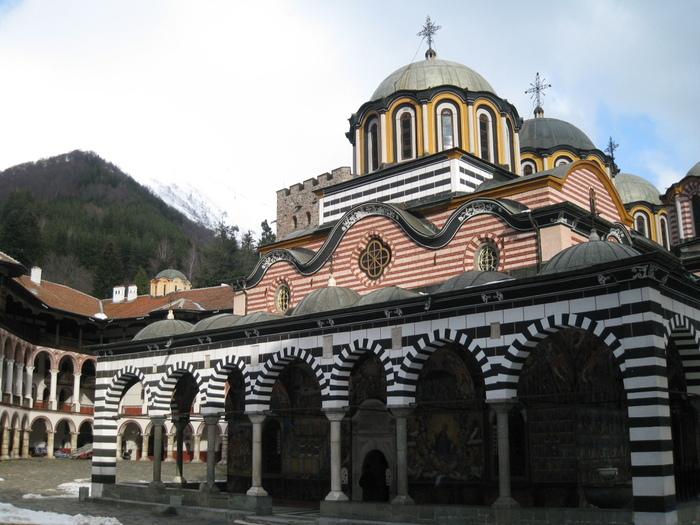 10世紀に創設されたブルガリアの世界遺産「リラ修道院」は、ブルガリア正教会の総本山。ストライプが描かれた壁は現代的でもあり、独特の美しさを持っています。