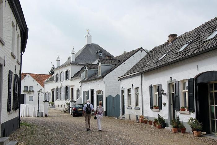 トールンは古くは修道女が集まっていた場所だっため、修道院教会などの歴史的に価値のある建物がたくさん。絵本の中に迷い込んだかのような美しい村を、ゆっくりと歩いてみませんか?