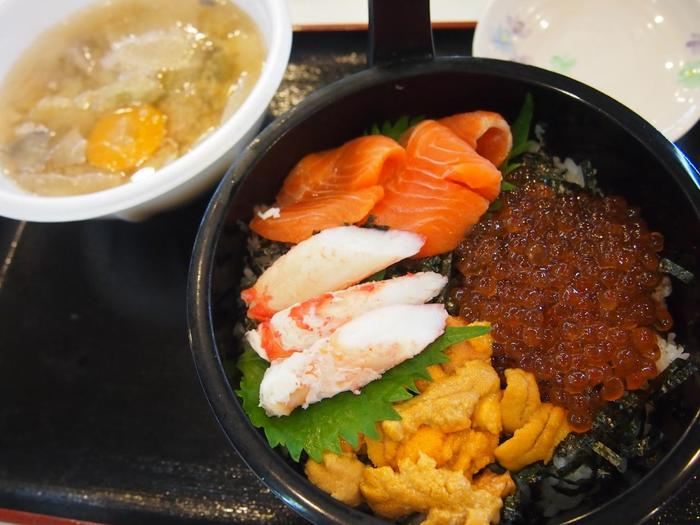 心が満たされたら次はお腹!松島を歩いていると至るところに食事処があって迷ってしまいます。それなら駅から徒歩10分ほどの「松島さかな市場」がおすすめ◎写真のような海鮮丼はもちろん、ラーメンや牡蠣バーガーなど種類も豊富!席もたくさんあるから大人数でも座りやすくお土産も購入することができる、おすすめのスポットです。
