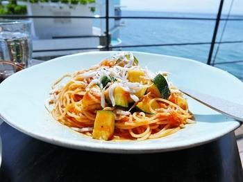 ランチはセットの「日替わりパスタ」が人気です。無農薬の三浦野菜を使った「サラダ」もぜひご賞味あれ♪