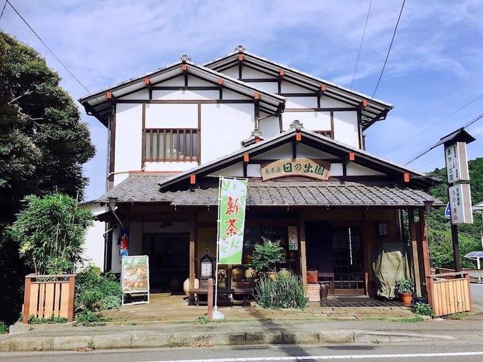 新逗子駅から京急バス「葉桜」行きに乗って約7分「才戸坂上」で下車。歩いて約2分のところに「日の出園」があります。こちらでは、夏の間は期間限定でかき氷をいただくことができます。