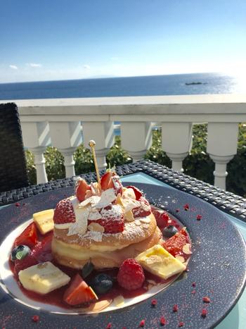 海を見ながら豪華なスイーツを食べる、ホテルのレストランだからこその贅沢な時間を味わえます。他にもパフェやアイスクリームなど、スイーツの種類が豊富です。