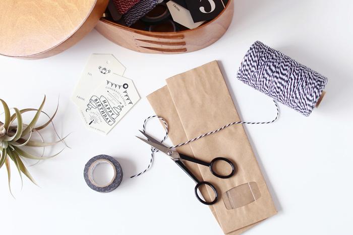 デスクに向かって細かい作業をしている時におすすめなのが、イタリアで300年の歴史を持つ老舗のはさみメーカー「プレマックス社」が作っているホビー用のはさみ。細身のシルエットが美しく、使い勝手の良さは抜群! こちらのホビー用はさみは、刃渡りが5cmと短めなので、大きな布や紙をジャキジャキ大胆に切るというよりは、例えば、マスキングテープや糸や紐を切ったりという繊細な作業で大活躍。