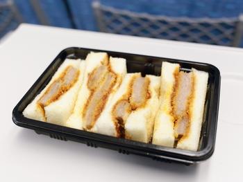 そんな「志津屋」さん、サンドイッチも大充実。京都で有名なタマゴサンドももちろんありますが、是非この「元祖ビーフカツサンド」を食べて欲しいのです!500円とは思えないクオリティのカツが挟まれています。ボリュームも文句なし。パンは軽くトーストしてあって、パンとカツのサクッと感がなんともクセになるサンドイッチです。