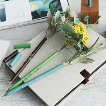 ペンの上にお花が咲いたbonboog(ボンブーグ)のボタニカルペンは、書くことは勿論、グリーンを飾るというディスプレイの要素も合わせ持つ、遊び心いっぱいのステーショナリーグッズ。