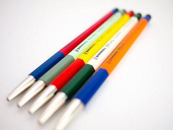 ハイタイドのPENCOブランドと北星鉛筆(株)とのコラボレーションから生まれたアイテム「プライムティンバー」。 こちらは、鉛筆用の国産2mm芯を使用するちょっと変わった大人の為の筆記具。 木軸にはアメリカ産の高級インセンスシダー材、ペン先は金具と、異なる素材を使うことで、中心を軽くし、両端に重みを分散。持ちやすく書きやすい絶妙なバランスを実現したそうです。 ボディに刻まれた「THE WARMTH OF WOOD ON PAPER(紙の上でぬくもりを)」というメッセージには素材の良さや書き心地を感じて欲しいという想いが込められているんだとか…。