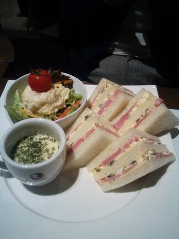 その「よーじやカフェ」さんのサンドイッチで、とてもユニークな具が挟まれたものがあります。それが「京しば漬タルタルの厚切りハムサンドイッチ」。見た目は普通のハムサンドなのですが、食べてびっくり!しば漬けの塩見と酸味が厚めのハムととても合います!ピクルスとは違った和風さが面白い。こちらのサンドイッチは試す価値ありの1品です。