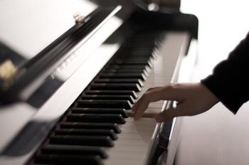 ワントーン高めのソフトな声を心がけると、初対面の人にも「安心感」を抱いてもらいやすくなります。 あるいは「信頼感」を持ってもらいたい時は、低音で話してみて。  楽器のように「声の高低」を使い分けるのがおすすめです。