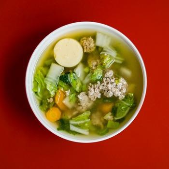 スープ類も体を温めてくれます。その中でも体を温める食べ物は、生姜をはじめ、ジャガイモや人参、ごぼうや玉ねぎなど、主に地面の下に生えているものと覚えておくと便利です。その中でも特に、生姜は体を温めてくれる効果が期待できる食材です。