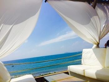 海が見える開放的なテラス席は、最高のロケーション。まるで映画のワンシーンのようで、夢のような時間を過ごせそうです。