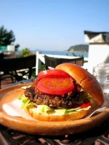 「なぎさ橋珈琲 逗子店」で食べたいのは、ハンバーガー!種類も豊富で、お肉もしっかり食べ応えがあります。お店おすすめのコーヒーとの相性もGOOD。