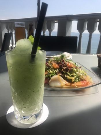 新鮮な海の幸たっぷりのサラダランチと、暑い日にうれしいモヒート。夏にぴったりのランチをいただけますよ。