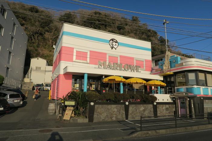 逗子駅から京浜急行バスに乗って「立石駅」で下車、徒歩4分ほどのところに「マーロウ 本店」があります。神奈川景勝50選にもなっている、夕日の美しい海岸沿いにあるおしゃれなお店です。