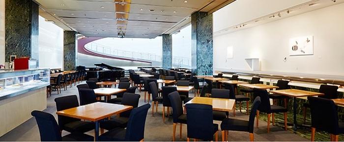 表参道駅B3出口から60秒の青山通り沿い。ワコールが運営する複合文化施設として、1985年にオープンした「スパイラル」の 1階、ギャラリーに隣り合わせたカフェです。