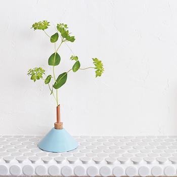 週の始まりには好きなお花を1輪買って帰ってお部屋に飾ってみましょう。 自然の草花があるとホッとくつろげて、やわらかい空気につつまれているような心地よさがあります。