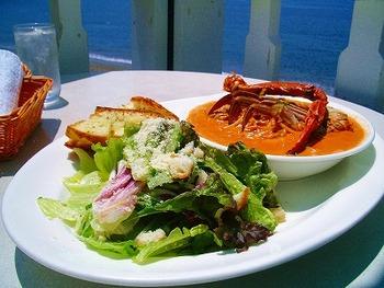 お店の人気は、「渡り蟹のトマトクリームスパゲティ」。蟹の旨味をたっぷりいただけます。海を見ながらのランチは、心も身体も元気にしてくれそう!