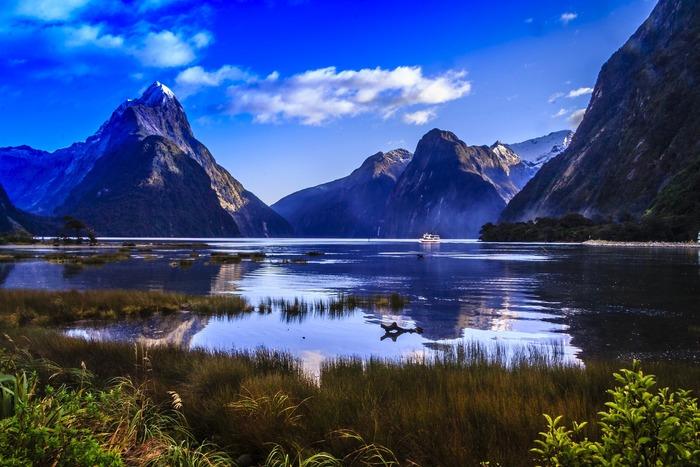 「南島」は、北島と比べ、手付かずの自然がたくさん残っています。ダイナミックな景色が多く、自然の息吹を全身で感じることができるでしょう。 世界遺産になっているフィヨルド地形の入り江「ミルフォードサウンド」や、オセアニア最高峰の山である「マウントクック」など、ニュージーランドの一大観光スポットが揃っています。