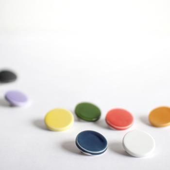 磁器でできたとっても可愛いブローチはその日の気分や服や浴衣の色に合わせて色々コーディネートしたいアイテムです。