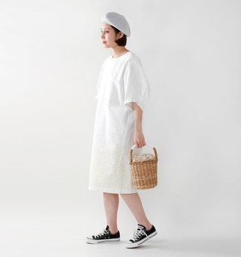 今年はサークルタイプの籠バッグがブームですが、浴衣にも使える籠バッグは底にしっかりマチが付いているものがオススメです。洋服にももちろん合わせられます。かっちりした印象のバッグ類が多いので、洋服の時はワイドパンツやデニムなど着崩したスタイルに合いますよ。