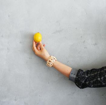 カゴを編む手法で作られた、籐のバングル。ナチュラルなのに存在感があります。天然素材なので、経年変化も楽しめます。