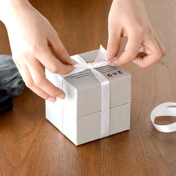 しっかりとした箱に入ったプレセント。リボンを掛けられまるでアクセサリーのようです。