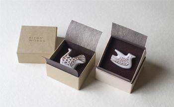 中に入れられるのは、ブローチ、ピンバッジ、ヘアアクセサリーの3種類。陶器や鳥が好きな人へのプレゼントにぴったりです。