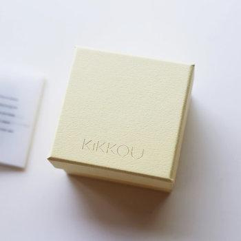 ざらりとした質感の箱に、細い金字がさり気なく主張するギフトボックス。落ち着いたイエローも素敵です。