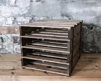 """100円均一ショップの""""セリア""""で売っているA4サイズのすのこと、棚の高さに合わせた木材を組み合わせて、留めていきます。"""