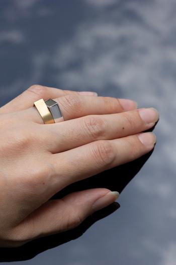 同じ形の色違いのリングを重ねづけ。個性的なデザインだからこそ、バランスが良い組み合わせです。