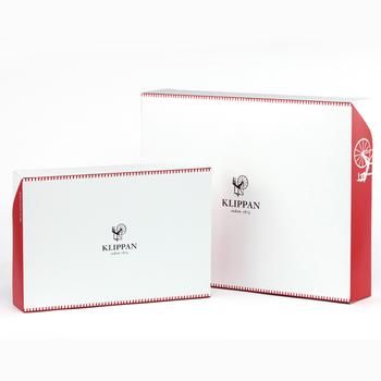 スウェーデン生まれのブランケットブランド、クリッパン。赤と白のコントラストのあるギフトボックスの中央には糸紡ぎのイラストが。ブランケットの収納ケースとしても使えるから、送った後でも活躍してくれそう。