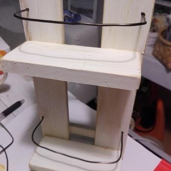 作りたい大きさにすのこをカットし、かまぼこ板とワイヤーを取り付ければ…