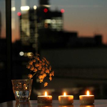 週末ももうすぐそこ。お気に入りのアロマの香りで癒されながら、ちらちらとした灯りを眺めてみるのはいかがでしょうか。お気に入りのクラシックやジャズをBGMにすると雰囲気もアップしますね。