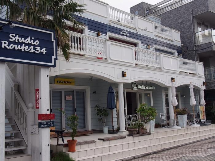 バス停・森戸海岸駅で下車して徒歩約1分ところにある「ダブルサンドウィッチ 葉山店」。サンドウィッチの専門店で、おしゃれな店内やテラス席でゆっくりくつろげます。朝8時から営業しているのもうれしいポイントです。