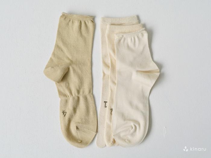 """お客様のリクエストから生まれた「冷えとり靴下」は、今年で発売7年目を迎えるロングセラーアイテムです。""""おしゃれも楽しみながらできる冷えとり靴下""""をコンセプトに、2011年に誕生しました。冷えとり靴下はシルクとオーガニックコットンを使用した、4足の靴下がワンセットになっています。シルク製のソックスは細い糸で編まれており、4足重ねても分厚くならず、""""冷えとり初心者さん""""でも取り入れやすいアイテムです。"""