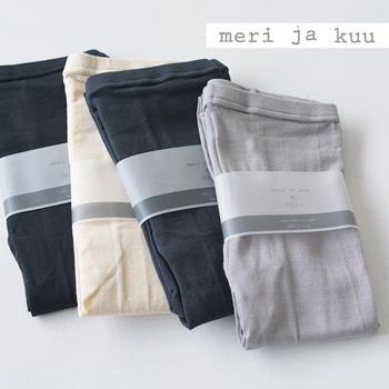 独特の美しい光沢があり、吸湿・吸汗性にも優れた「絹紡糸(けんぼうし)」を使用したレギンスです。肌に接する部分はシルク100%の糸を使用し、さらりとした心地いい肌触りも特徴です。「冷えとり靴下」と一緒に履いたり、スカートやパンツのインナーとして重ね履きしたり。おしゃれを楽しみながら冷え対策もしっかりできる、女性に嬉しいアイテムです。