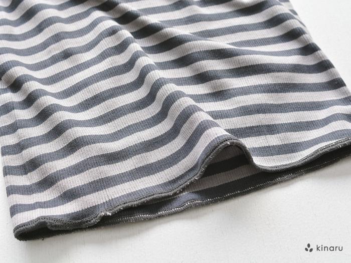伸縮性のある細かいリブ編みでできたシルクの腹巻は、キナリ・チャコール・グレーの無地3色と、チャコール・グレーのボーダー2色を展開しています。全面縫い目のないつくりで肌への刺激が少なく、折り返しのない裾で洋服に響きにくいのも特徴です。薄手でコンパクトにたためるので、旅行やお出かけにも重宝しますよ。