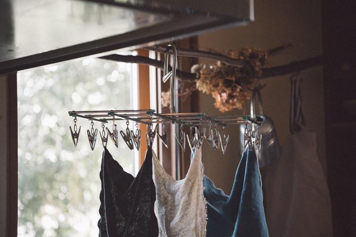 「家事の中で、特に洗濯が苦手」と感じている人はとても多いです。洗濯物を仕分けして、洗剤を計って入れて、洗濯が終わったら干して、乾いたら畳む。工程数が多く、さらに毎日となると、めんどくさい作業だと感じるのも無理はありません。 でも、もしそこに使うのが楽しくなるようなランドリーグッズが加わったらどうでしょう?気分のアップはモチベーションにもつながります。  毎日の洗濯気分をグッと底上げしてくれるような、おしゃれなランドリーグッズを紹介します。