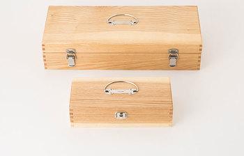 """お馴染みちょっぴりレトロなトレードマークが可愛い中川政七商店の小さな道具箱。優し気な天然木の風合いは、ナチュラル&シンプルなインテリアとも良く合います。 組木の技術を活かした本格的な作りは、筆記用具として、裁縫道具や小物入れなど机の上で便利に使える便利なアイテム。 木製救急箱の全国56%のシェアを獲得した実績のあるメーカーが作りあげた道具箱は、ネジを使わない""""あられほぞ組""""という手法を用い、とっても丈夫に仕上げられています。 開閉口は、金具でしっかりと留められ、持ち運びに便利な取っ手付きなのも嬉しいポイント!"""