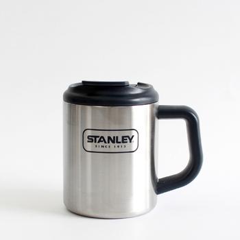 「スタンレー」のステンレス製マグカップです。軽量で耐久性に優れているので、おうちでも気軽に使えるのがいいですね。フタが付いているのもポイント。画像のこちらは持ちやすい0.35Lのタイプです。