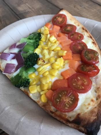 お洒落かつ美味しそうなピザだってあります。テイクアウトして砂浜で食べても気持ちが良いですね!海の家を事前にリサーチしておくと、自分好みのお店が絞り込めるのでおすすめです。