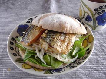塩鯖がトルコの名物料理「サバサンド」に変身!マリネした玉ねぎがいいアクセントになって、ペロリといただけてしまいます。