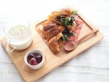 白だしで煮たひじきをたっぷり挟んだサンドイッチ。クロワッサンのほのかな甘みが、ひじきのおいしさを引き立てます。